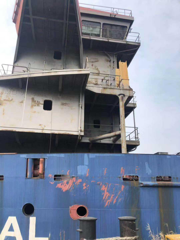 3台外贸船每台7000吨左右,可拖走拆或营用